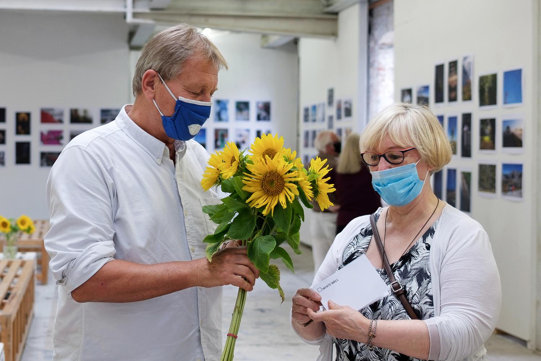 1000. Besucherin bekommt sonnigen Blumenstrauß